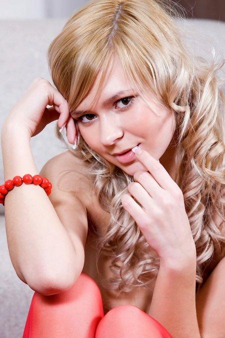 Блондинка Палома в красном нейлоне, фото женщин в нижнем белье чулках