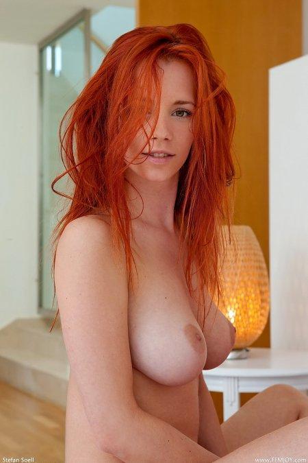Привлекательная рыжая особа Ариэль, рыжая девушка спиной фото