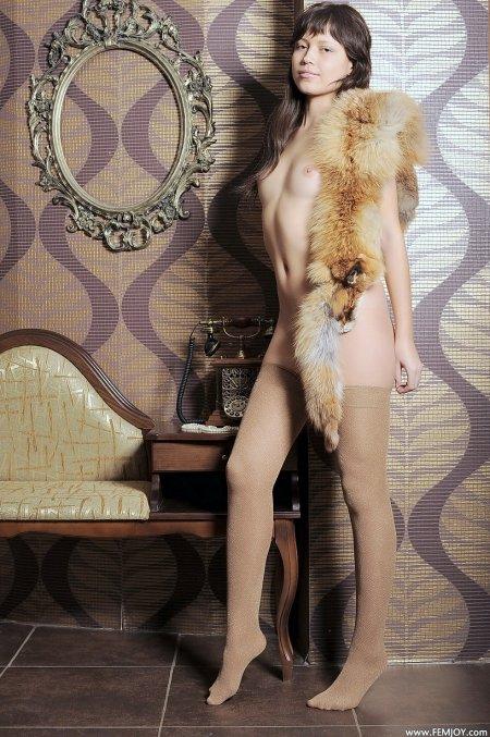 Молодая Белла с лисьем воротником, голые молоденькие девушки фото галереи