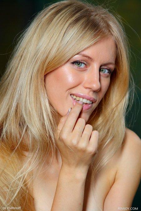 Блондинка Дори в полупрозрачной юбке с подвязками, гламурные чулки фото