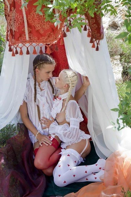 Ника с подругой на пикнике в палатке, голая в белых чулках фото
