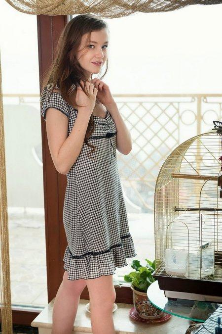 Застенчивая модель Эмили у себя дома, фото молоденьких дам