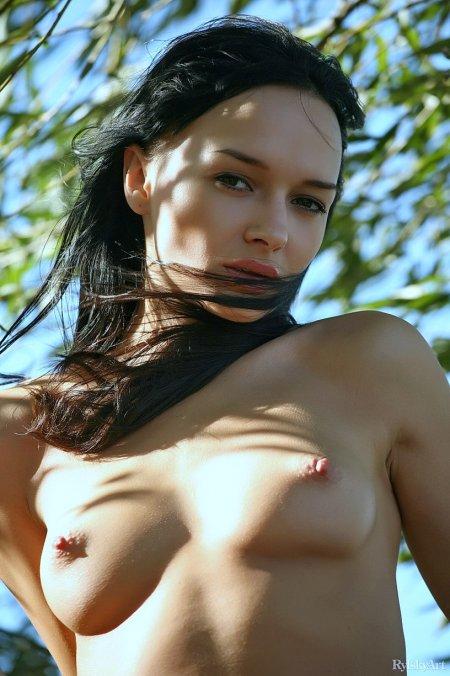 Солнечная брюнетка Катя, эротическое обнаженное фото