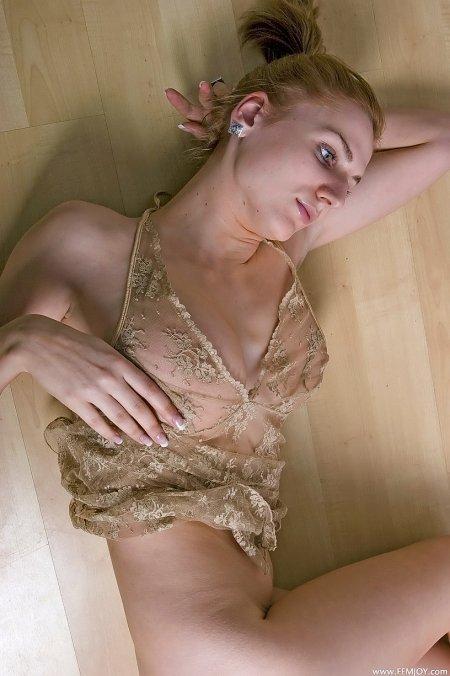 Фемджой – Джоланта в полупрозрачном пеньюаре, большая натуральная грудь фото
