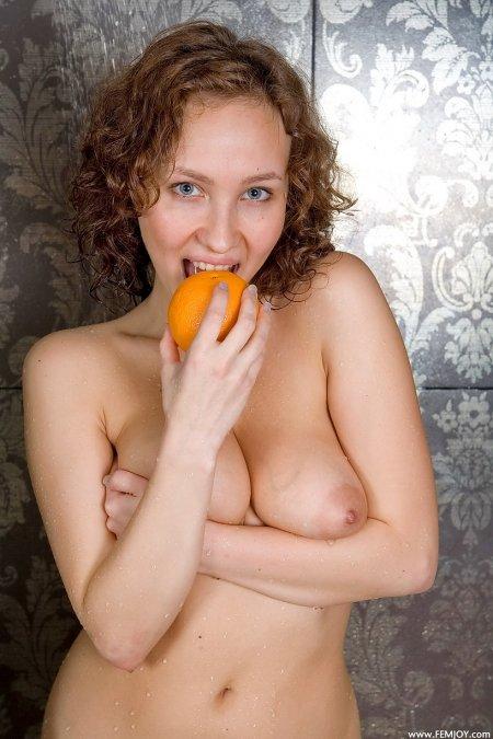 Эдита в своей любимой ванной комнате, большая обнаженная грудь фото