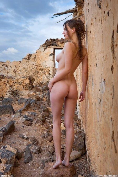 Молодая красотка Сюзана на фоне развалин, обнаженная фото ню