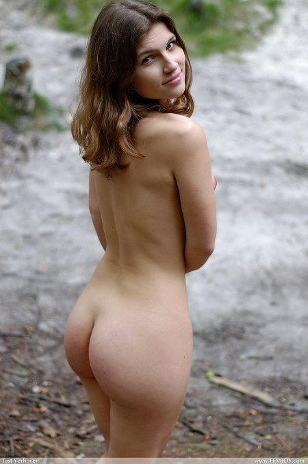 Настоящая русская красотка Юлия обнаженная у реки