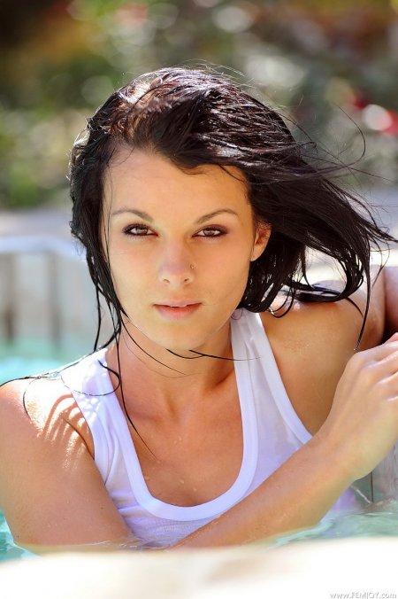 Классная брюнетка Лидия в бассейне, полностью обнаженное фото